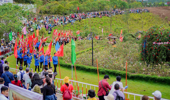 Du khách đổ lên Sa Pa hào hứng xem đua ngựa - Ảnh 6.