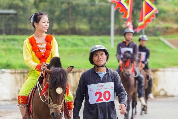 Du khách đổ lên Sa Pa hào hứng xem đua ngựa - Ảnh 7.