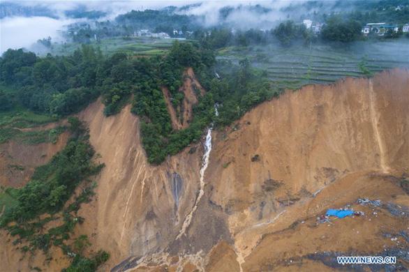10 triệu mét khối đất lở chặn nguyên một đoạn sông ở Trung Quốc - Ảnh 1.