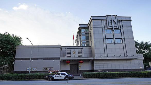 Khói bốc trong sân Tổng lãnh sự quán Trung Quốc ở Houston sau yêu cầu đóng cửa - Ảnh 1.