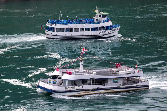 Đối lập ở thác Niagara thời COVID-19: Tàu Canada 6 người, tàu Mỹ đông chật - Ảnh 1.