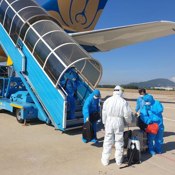 270 công dân Việt Nam về nước từ Romania và Ba Lan, hạ cánh ở Đà Nẵng - Ảnh 1.