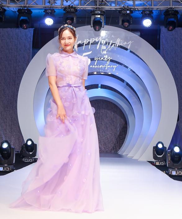 Lynk Lee truyền tải thông điệp tích cực về sự tự tin qua thời trang - Ảnh 3.