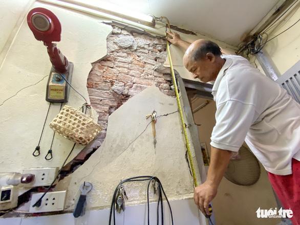 Chống nạng ngôi nhà trong phố cổ Hà Nội bị sụp lún do xây khách sạn - Ảnh 1.