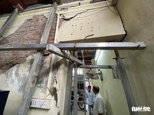 Chống nạng ngôi nhà trong phố cổ Hà Nội bị sụp lún do xây khách sạn - Ảnh 3.