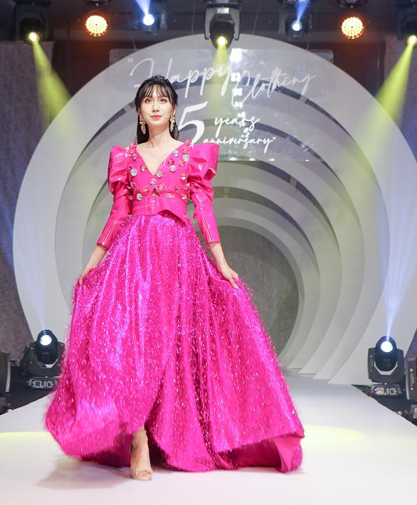 Lynk Lee truyền tải thông điệp tích cực về sự tự tin qua thời trang - Ảnh 1.