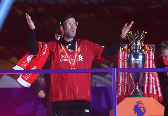 Liverpool giơ cao cúp vô địch Premier League sau 30 năm chờ đợi - Ảnh 2.