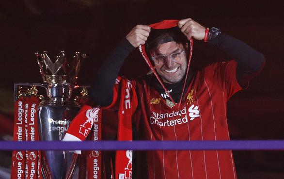 Liverpool giơ cao cúp vô địch Premier League sau 30 năm chờ đợi - Ảnh 1.
