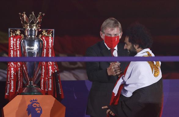 Liverpool giơ cao cúp vô địch Premier League sau 30 năm chờ đợi - Ảnh 3.