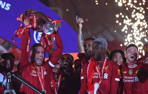 Liverpool giơ cao cúp vô địch Premier League sau 30 năm chờ đợi - Ảnh 5.