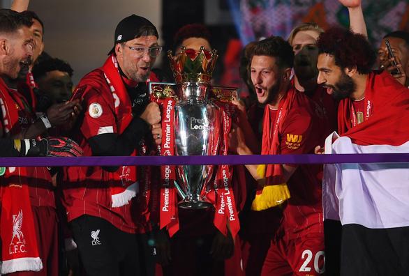 Liverpool giơ cao cúp vô địch Premier League sau 30 năm chờ đợi - Ảnh 9.