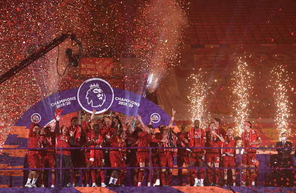 Liverpool giơ cao cúp vô địch Premier League sau 30 năm chờ đợi - Ảnh 6.