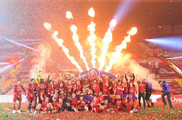 Liverpool giơ cao cúp vô địch Premier League sau 30 năm chờ đợi - Ảnh 7.