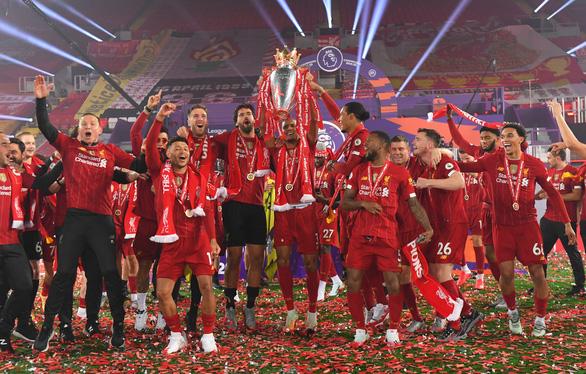 Liverpool giơ cao cúp vô địch Premier League sau 30 năm chờ đợi - Ảnh 8.