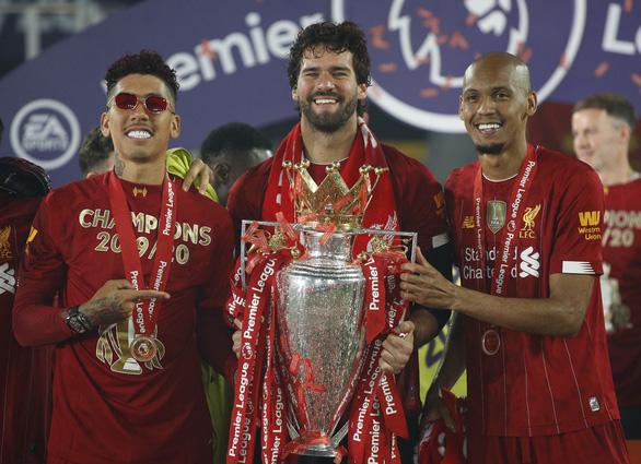 Liverpool giơ cao cúp vô địch Premier League sau 30 năm chờ đợi - Ảnh 10.