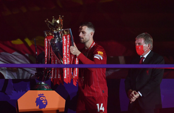 Liverpool giơ cao cúp vô địch Premier League sau 30 năm chờ đợi - Ảnh 4.