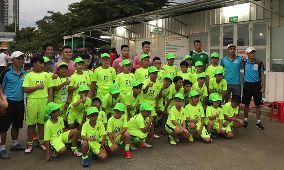 Hơn 30 học sinh từ Đà Lạt xuống TP.HCM để xem Quang Hải, Hùng Dũng - Ảnh 2.
