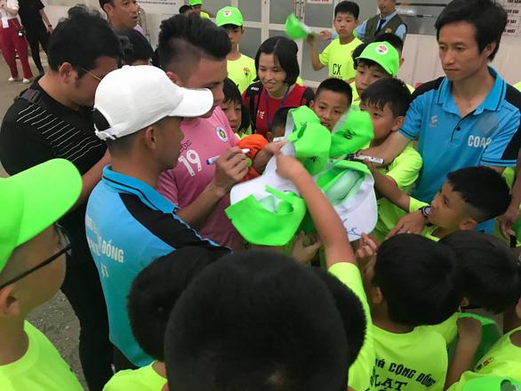 Hơn 30 học sinh từ Đà Lạt xuống TP.HCM để xem Quang Hải, Hùng Dũng - Ảnh 3.