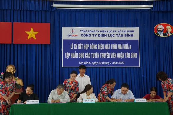 Điện lực Tân Bình ký hợp đồng mua bán điện mặt trời mái nhà với 20 khách hàng - Ảnh 1.