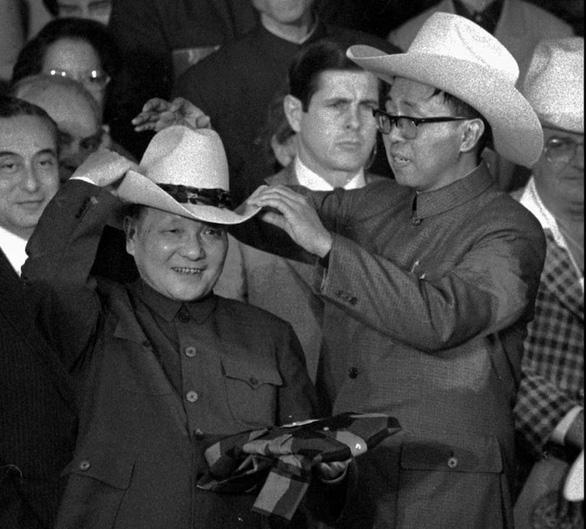 Từ mũ cao bồi của Đặng Tiểu Bình năm 1979 đến lãnh sự quán bị đóng cửa ở Texas - Ảnh 1.
