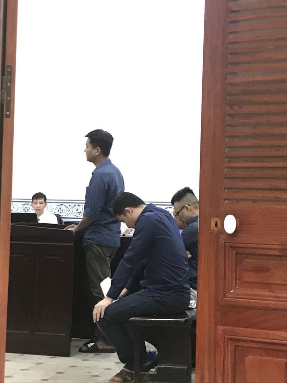Buôn lậu hàng trăm container hàng, nhóm cán bộ hải quan Cảng Sài Gòn hầu tòa - Ảnh 1.