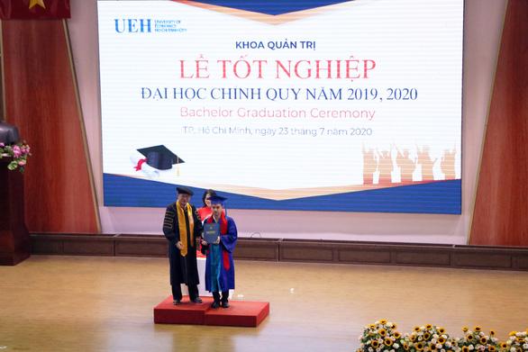 Một sinh viên khiếm thị tốt nghiệp Trường ĐH Kinh tế TP.HCM - Ảnh 1.