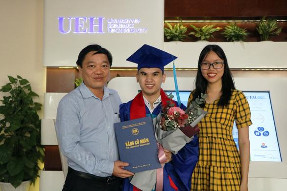 Một sinh viên khiếm thị tốt nghiệp Trường ĐH Kinh tế TP.HCM - Ảnh 2.