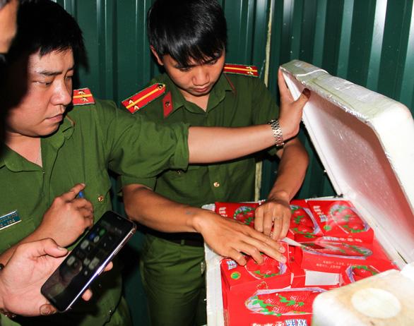 Dâu tây Trung Quốc dư lượng thuốc gấp 3 lần, 22 ngày vẫn tươi như mới hái - Ảnh 1.