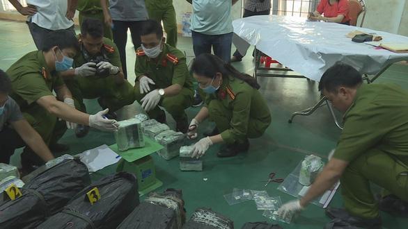 CSGT nổ súng bắt nhóm thanh niên vận chuyển 200kg ma túy đá vào TP.HCM - Ảnh 1.