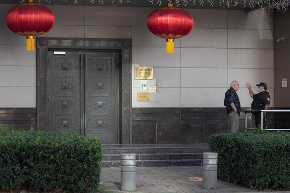 Một nhóm người Mỹ bí ẩn đi cửa sau vô Tổng lãnh sự quán Trung Quốc ở Houston - Ảnh 1.