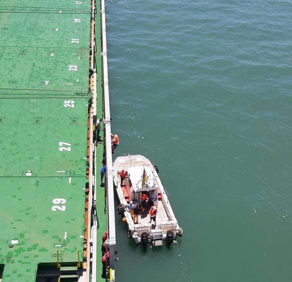 Thuyền viên kẹt trên biển do... phí cảng - Ảnh 2.