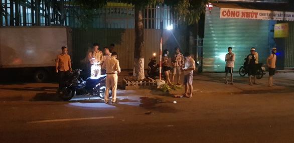 Đi xe máy bị cáp viễn thông thòng xuống đường cứa ngang cổ nguy kịch - Ảnh 1.