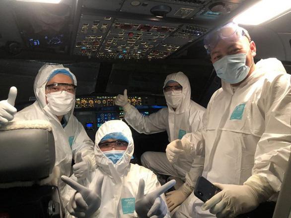 Đón chuyến bay đặc biệt đưa 120 bệnh nhân COVID-19 về Việt Nam - Ảnh 1.