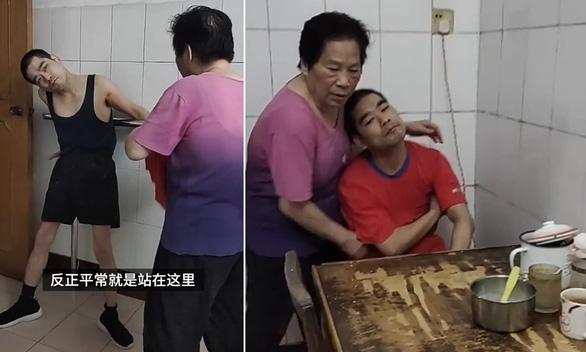 Bé trai bại não bị bỏ rơi, nữ điều dưỡng ẵm về nuôi 42 năm - Ảnh 1.