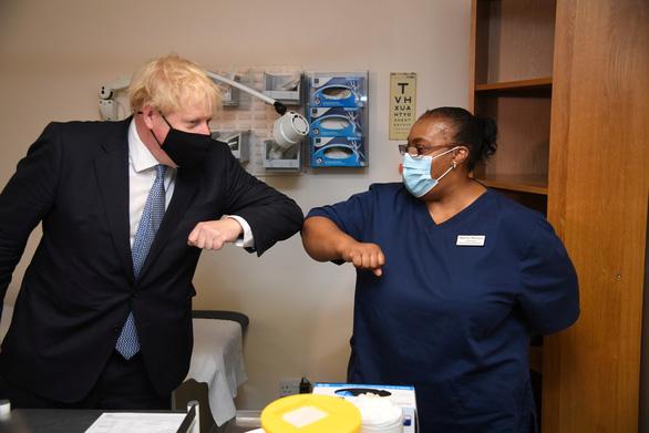Thủ tướng Anh nói giữa năm sau mới thoát được dịch COVID-19 - Ảnh 1.