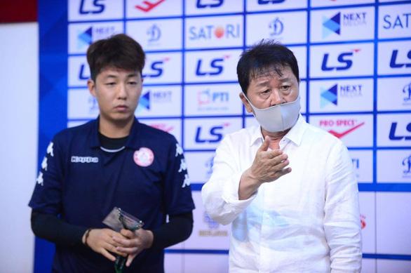 HLV Chung Hae Soung: Tôi mà là trọng tài hôm nay thì tôi không ra sân nữa - Ảnh 1.