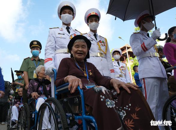 Xúc động mẹ Việt Nam anh hùng ra thăm lăng Bác, đọc lại bài thơ động viên con ra trận - Ảnh 2.