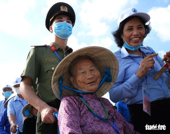 Xúc động mẹ Việt Nam anh hùng ra thăm lăng Bác, đọc lại bài thơ động viên con ra trận - Ảnh 3.