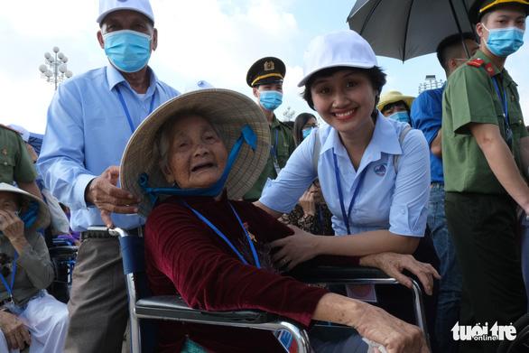 Xúc động mẹ Việt Nam anh hùng ra thăm lăng Bác, đọc lại bài thơ động viên con ra trận - Ảnh 7.