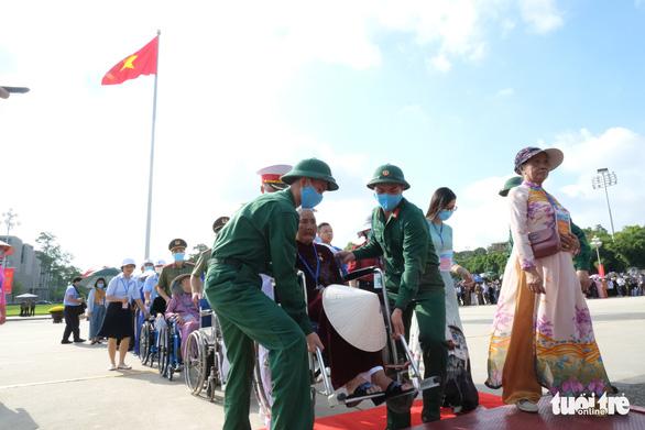 Xúc động mẹ Việt Nam anh hùng ra thăm lăng Bác, đọc lại bài thơ động viên con ra trận - Ảnh 6.