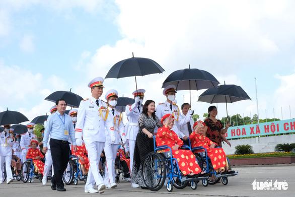 Xúc động mẹ Việt Nam anh hùng ra thăm lăng Bác, đọc lại bài thơ động viên con ra trận - Ảnh 1.