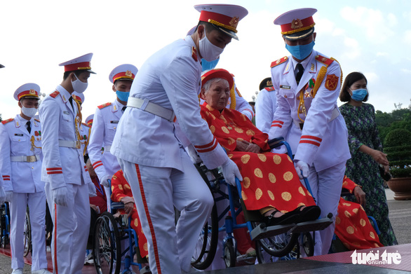 Xúc động mẹ Việt Nam anh hùng ra thăm lăng Bác, đọc lại bài thơ động viên con ra trận - Ảnh 5.
