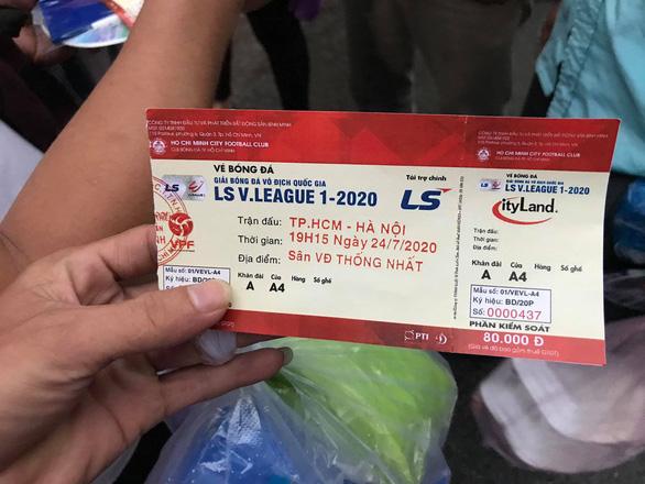 Nhiều người không được vào sân vì bị lừa mua vé giả trận CLB TP.HCM - CLB Hà Nội - Ảnh 1.