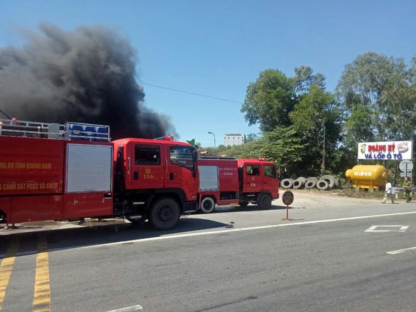 Xưởng vá lốp ôtô bốc cháy đen trời giữa nắng nóng - Ảnh 3.