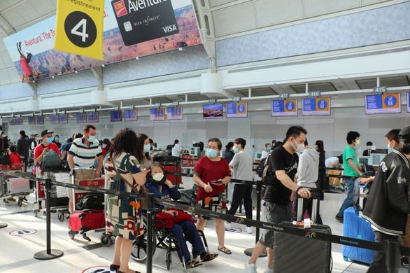 Chuyến bay thứ tư, đưa hơn 340 người Việt từ Canada về nước - Ảnh 1.