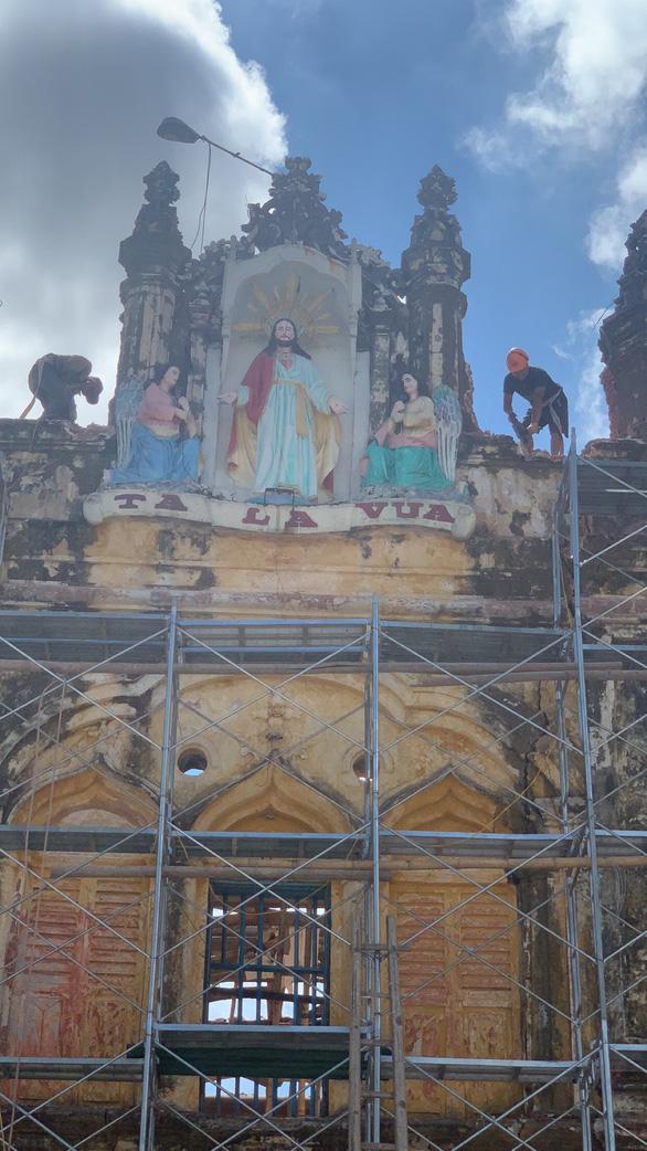 Bi tráng vẻ đẹp nhà thờ Bùi Chu những ngày... trơ cột kèo - Ảnh 4.
