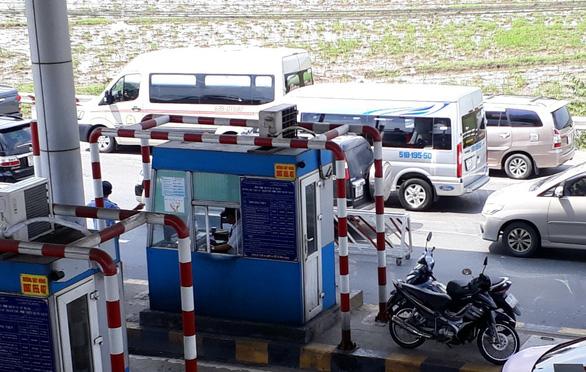 Du khách ùn ùn đi Vũng Tàu, xe nhích từng cm gần hết quốc lộ 51 - Ảnh 2.