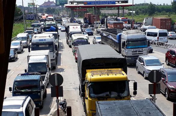 Du khách ùn ùn đi Vũng Tàu, xe nhích từng cm gần hết quốc lộ 51 - Ảnh 1.
