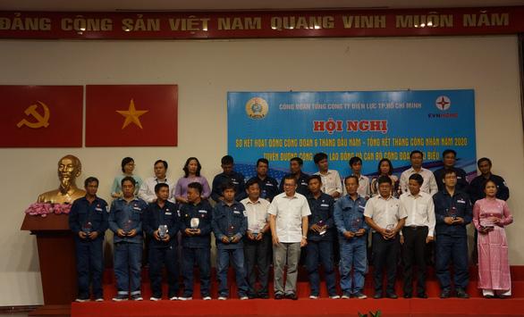 EVNHCMC khen thưởng 18 tập thể và 215 công nhân viên chức lao động - Ảnh 1.