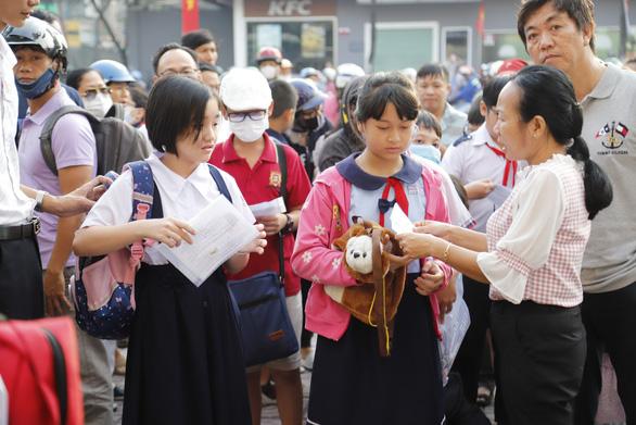 Sáng nay, gần 4.000 học sinh thi vào Trường chuyên Trần Đại Nghĩa - Ảnh 2.